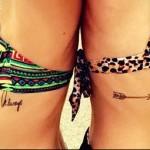 парная тату с надписью и стрелой - женская татуировка на боку