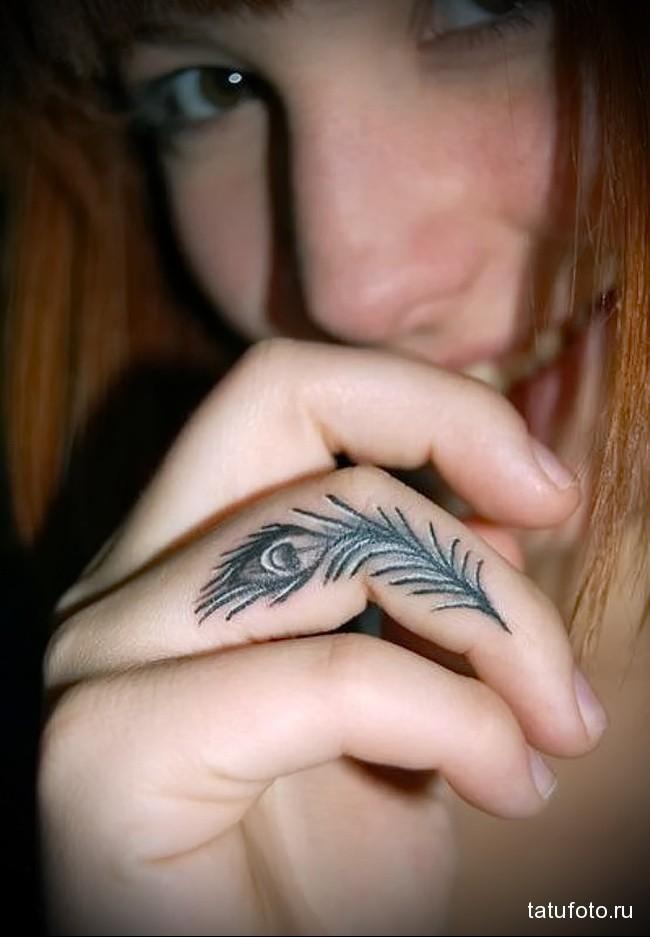 перо павлина - татуировка на пальце для девушки (тату - tattoo- фото)