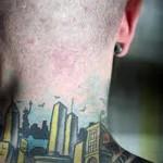 перспектива города - татуировка на шее мужчины - фото