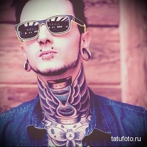 песочные часы и крылья на кадык - татуировка на шее мужчины - фото