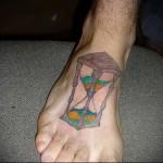 песочные часы - татуировка на стопе мужская - фото
