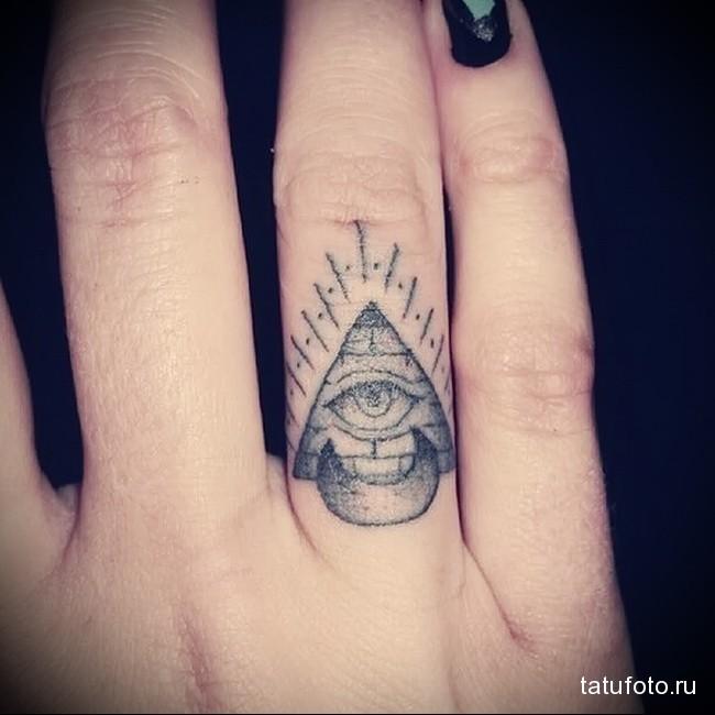 пирамида и глаз - татуировка на пальце для девушки (тату - tattoo- фото)