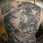 пиратские корабли на волнах в море татуировка на спине мужская фото