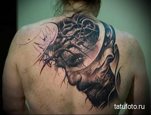 портрет Иисуса в терновом венке - татуировка на спине мужская