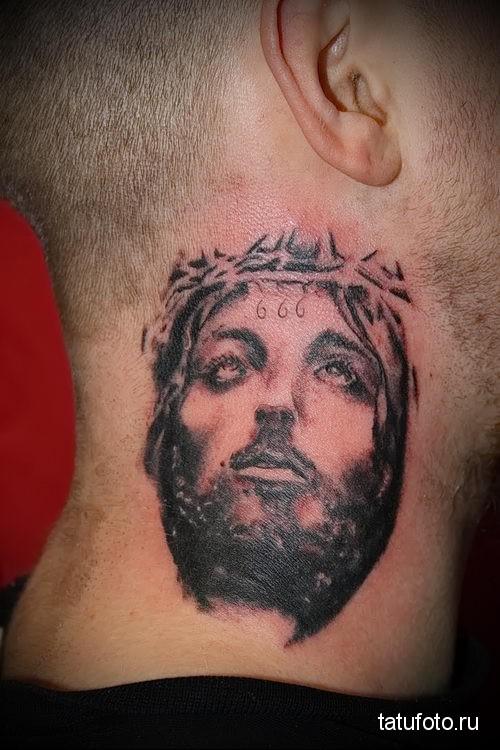 портрет Иисуса - татуировка на шее мужчины - фото