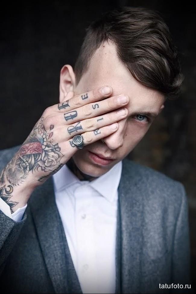 по одной букве в татуировке на пальцах для мужчины