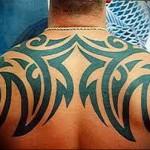 простой трибал или абстракция - тату мужская на спине фото