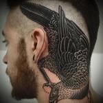 птица - татуировка на шее мужчины - фото