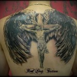 распятие Христа на кресте и крылья татуировка на спине мужская фото