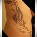 растительность - женская татуировка на боку