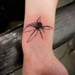 реалистичный паук в татуировке на запястье