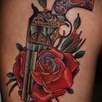 револьвер и красная роза - фото татуировки в стиле олд скул