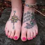 роза ветров и надписи - татуировка в нижней части ноги девушки
