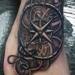 роза ветров морской тематики татуировка на ноге мужская