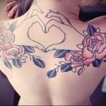 руки и цветы роз тату на спине женская
