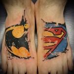 символ бетмена и супермена - татуировка на стопе мужская - фото