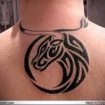 символ тельца - татуировка на шее мужчины - фото