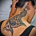 скат и цветы в маори узорах тату на спине женская