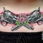 скрещенные пистолеты и цветок в татуировке - фото