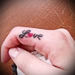 слово love и сердечко - татуировка на пальце для девушки (тату - tattoo- фото)