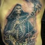 смерть с косой из черепов в тату на боку у мужчины
