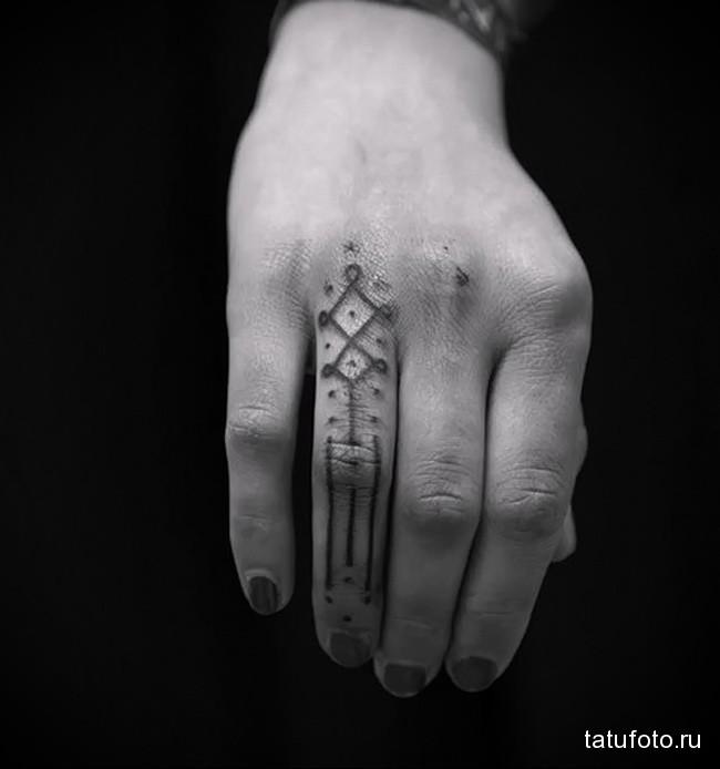 странный символ с точками - татуировка на пальце для девушки (тату - tattoo- фото)