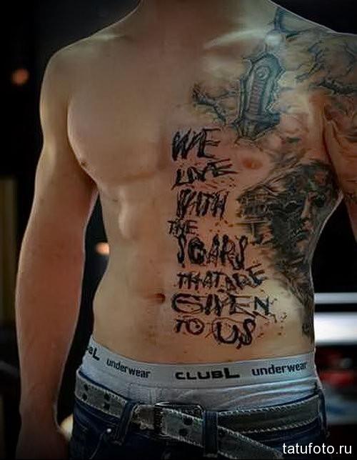 страшная с надписями в тату на боку у мужчины