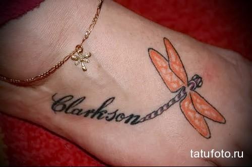 стрекоза и надпись - татуировка в нижней части ноги девушки