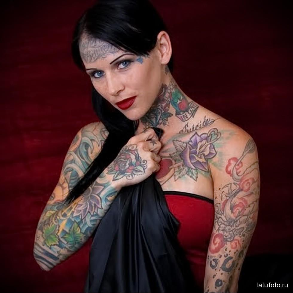татуированная девушка с татуировкой на лбу
