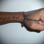 татуировка арабская надпись на руке