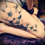 татуировка белые цветы на ногу для девушки