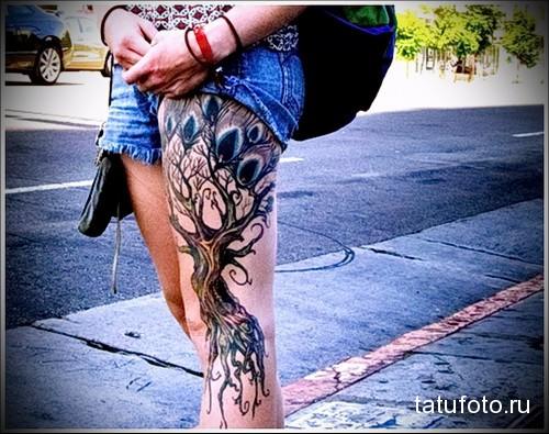 татуировка большое дерево на левой ноге девушки
