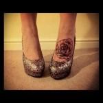 татуировка бутон розы внизу ноги