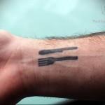 татуировка вилка и нож на запястье мужчины