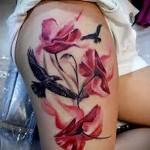 татуировка вороны и красные цветы на ногу для девушки