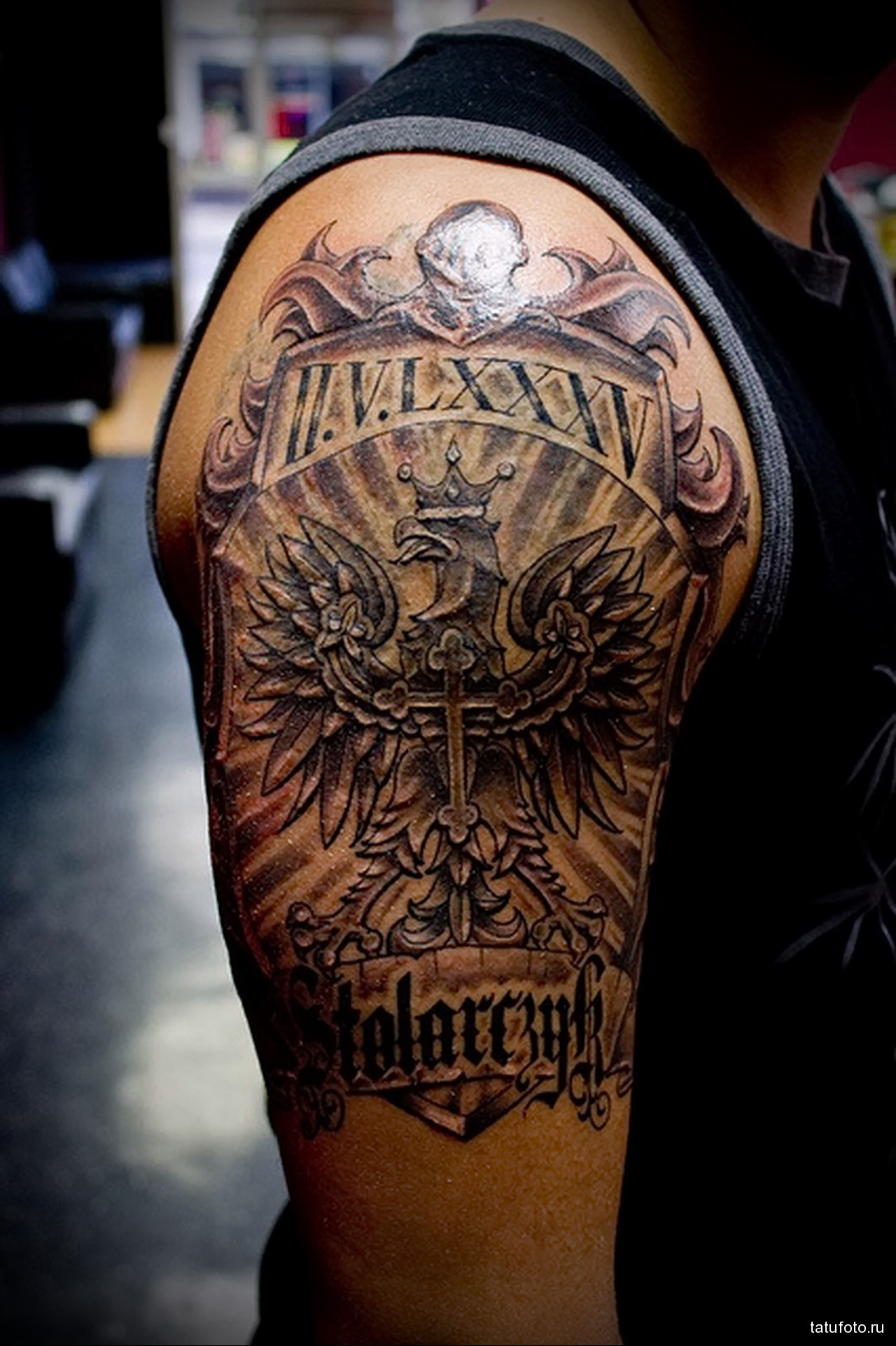 татуировка герб с орлом и крест - мужская татуировка на плече