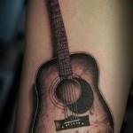 татуировка гитара на запястье мужчины