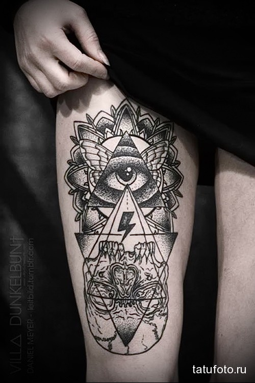 татуировка глаз вписаный в треугольник и крылья мотылька на ногу для девушки