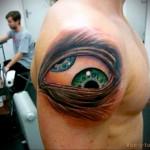 татуировка глаз с двумя зрачками - мужская татуировка на плече