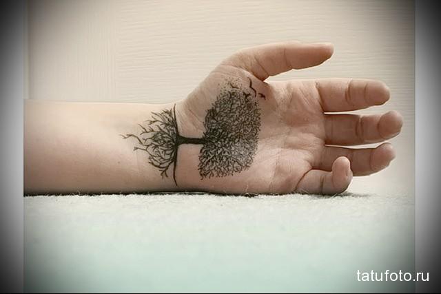 татуировка голое дерево с длинными корнями на запястье