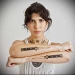 татуировка два бандитских ножа на руках женщины
