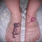 татуировка девочка и воздушный шарик внизу ноги девушки