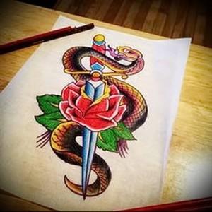 татуировка змея обвивающая кинжал