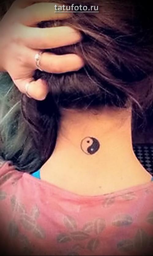 татуировка инь янь на шее