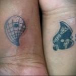 татуировка инь янь разделенная на запястьях двух рук