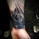 татуировка каменная роза на запястье