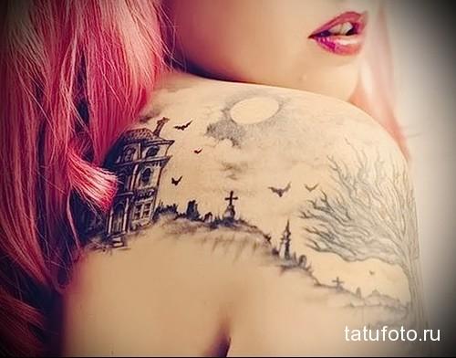 татуировка кладбище и голое дерево на плече девушки