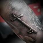 татуировка крест в виде ключа