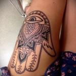 татуировка ладонь с вписаным в нее глазом на ногу для девушки