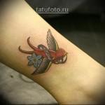 татуировка ласточка с ленточкой в ключе